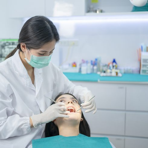 Emergency dentist in Lilydale treating a patient
